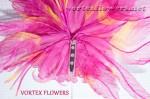Крепим брошечную булавку к цветку из ткани.