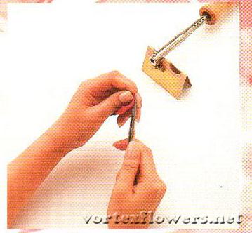 Завивка лепестка розы при помощи пинцета